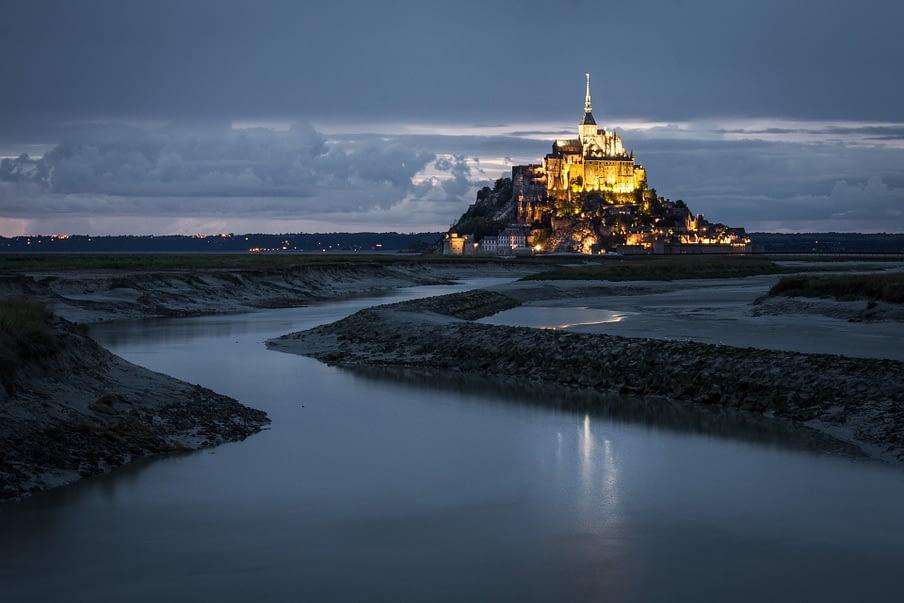 Landschap foto van de mon St Michel na zonsondergang, met licht.