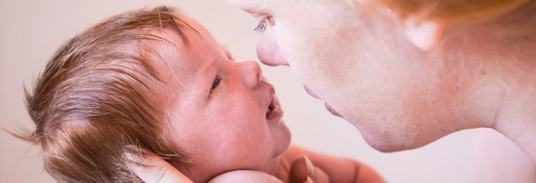 Newborn Babyfotografie in Deinze met mama